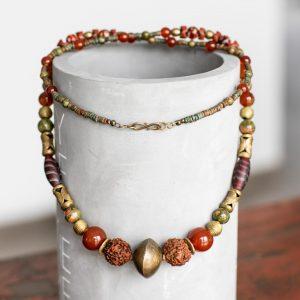 """Edle Langkette in Rot- und Brauntönen: """"Tuareg-Gold"""" aus der Sahara, Karneol, alte böhmische """"Federperlen"""", Rudraksha Beads, Bronzeperlen, Unakit"""