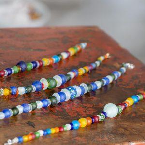 Kunterbunte Ketten: Perlen aus recyceltem Glas, handgefertigt von ghanaischen Handwerken