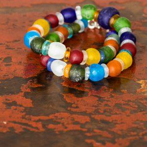 Keine ist wie die andere: Abwechslungsreiche Kreationen aus ghanaischen Glasperlen in vielen Farben, Größen und Formen