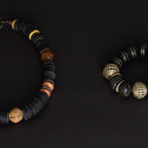 Rustikale Kette: Glasperlen aus Ghana zwischen Kokosnuss-Scheiben - Armband aus Ebenholz mit feinen Metalleinlegearbeiten und Bronzeperlen