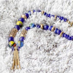 Traum aus Bronze und Kobaltblau: End-of-the day Beads, Recyclingsglasperlen aus Ghana, handgeschmiedeter Anhänger aus Burkina Faso