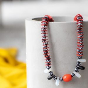 Zarte Vintage-Kette in Schwarz-weiß-rot: Antike Glasperlen aus Böhmen, antike Bakelitscheiben