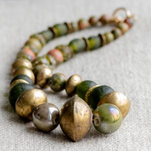 Tuareg-Gold meets green: Metallperlen, geschmiedet von den Tuareg der Sahara. Grünes Recyclingsglas aus Ghana, Moosachat