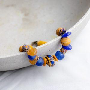 Designerkette in ocker und indigoblau: antike Millefiori aus Muranoglas, seltene King Beads, handgefertigte Recyclingglasperlen aus Ghana